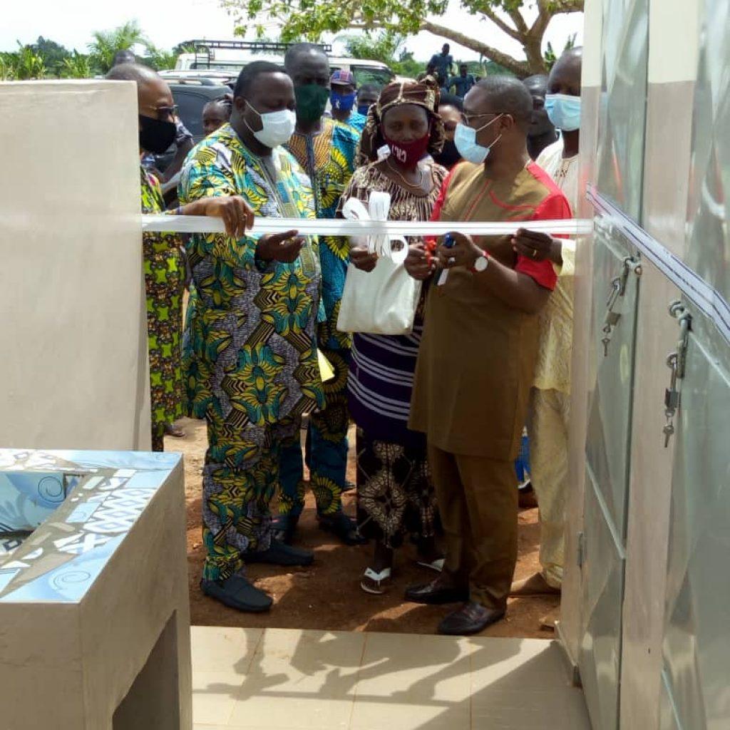 Remise de 2 blocs de 3 toilettes par CASA GRANDE BENIN